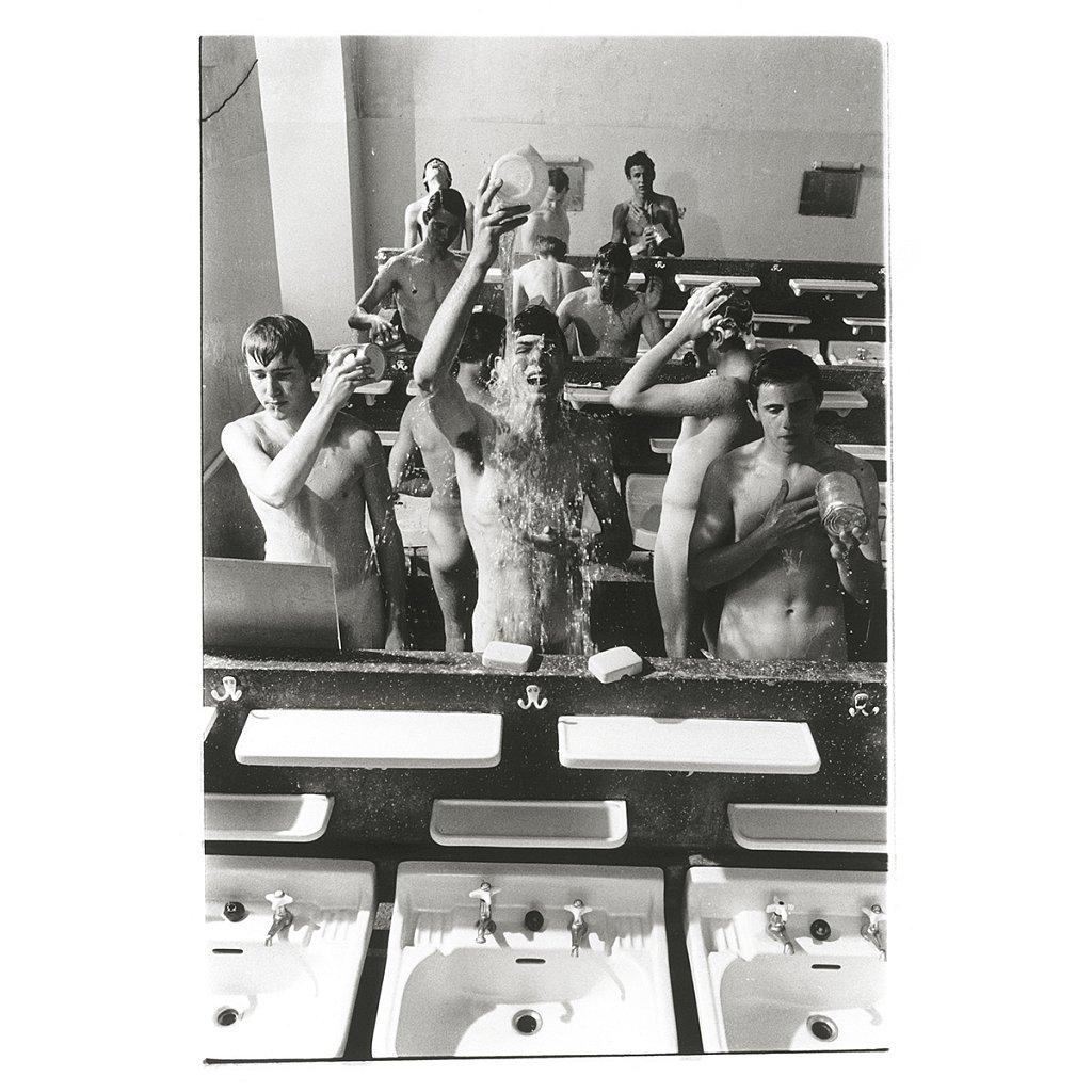 Mike und andere schmeißen Wasser beim Waschen Schule Schloß Salem, 1963