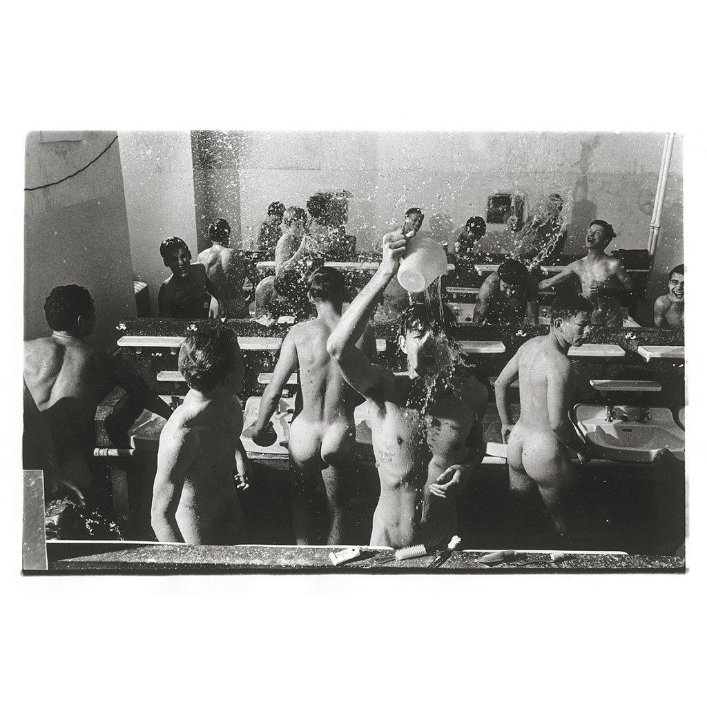 Jungen schmeißen Wasser auf sich Schule Schloß Salem, 1963